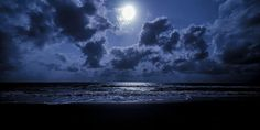 Fuldmånemeditation. Fuldmånemeditationer udføres af stadig flere mennesker overalt på Jorden. Når store dele af menneskeheden i forening, mediterer tolv gange om året, på samme tidspunkt og dermed forbinder sig med livets kilde og hinanden, skabes der et kraftfuldt og aktivt energifelt.