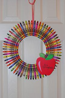 A crayon wreath. A perfect gift for teacher appreciation day or teach friends Teacher Wreaths, School Wreaths, Teacher Crayon Wreath, Diy Crayons, Crayon Crafts, Wreath Crafts, Diy Wreath, Tulle Wreath, Wreath Making