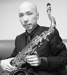 こんにちは(^-^*)/ ガクヤミュージックスクールに新しくサックス/クラリネットの先生が加わりました! サックス/クラリネット奏者の 岡崎正典(おかざきまさのり)先生です。 岡崎先生は日本を代表するサックス奏者として、 マンハッタン・トランスファーの日本ツアー参加。 2006年、シャズピアニスト小曽根真率いるNo Name Horsesの一員として、ニューヨークで行われたIAJEでのコンサート、また、ブルーノート全国ツアーにも参加しています! ヨロシクお願いします^^ http://www.gakuya-musicschool.com/masanoriokazaki