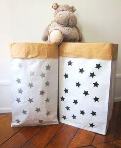 """Amusant, pratique et écologique : ranger deviendra un jeu pour vos enfants!Ce sac ultra-résistant est idéal pour ranger les jouets, les doudous et tout le ptit bazar de vos bouts de choux.Illustration et sticker """"étoiles"""" monpetitZoRéoL.Made in France.Durable, réutilisable, ce sac peut supporter jusqu'a 65kg. Sac résistant à la déchirure et l'éclatement.Couleur : extérieur kraft blanc lisse / intérieur couleur kraft havane.Composé de de..."""