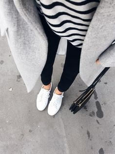 Manteau gris + marinière + jean noir + baskets blanches