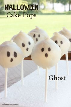 Halloween Ghosts Cake Pops are the perfect treat for those Halloween parties! Halloween Ghosts Cake Pops are the perfect treat for those Halloween parties! Halloween Cake Pops, Halloween Desserts, Dulces Halloween, Halloween Ghosts, Halloween Birthday, Holidays Halloween, Halloween Treats, Happy Halloween, Halloween Parties