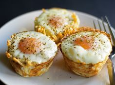 Breakfast Bird Nests Breakfast bird nests made from oven baked toasted hashbrown cups filled he most perfect soft cooked egg. Perfect finger food idea for a brunch pot luck or serve it up as a breakfast for dinner treat! Breakfast Finger Foods, Bacon Breakfast, Breakfast Cups, Breakfast For Dinner, Breakfast Recipes, Best Brunch Recipes, Favorite Recipes, How To Cook Eggs, Snacks