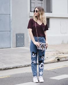 3 OUTFITS CON MOM JEANS mickey mouse Jeans Fit, Mom Jeans, Jean Outfits, Mickey Mouse, Boots, Fitness, Casual, How To Wear, Fashion
