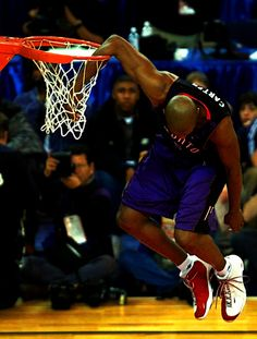 Never ceased to be amazed by Vince Carter's abilities. Basketball Legends, Sports Basketball, Basketball Players, Custom Basketball, Basketball Uniforms, Sports Teams, Toronto Raptors, Slam Dunk, Basketball Pictures