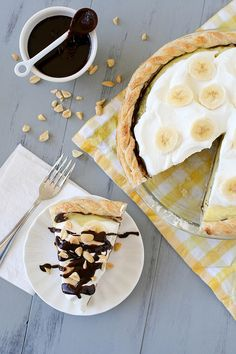 peanut butter banana cream pie with hot fudge sauce