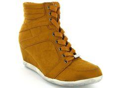 Okergele #sneakerwedges van La Strada. Nu voor een spotprijs van €29,00. Verkrijgbaar in vier kleuren.