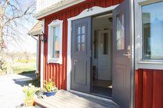 love the window and door trim!