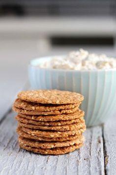 Receta de galletitas de harina integral con sésamo y romero, súper fáciles de hacer. Ideales como snack o para acompañar una picada.