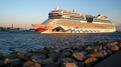 Das Kreuzfahrtschiff AIDAblu läuft in den Hafen von Rostock-Warnemünde ein.