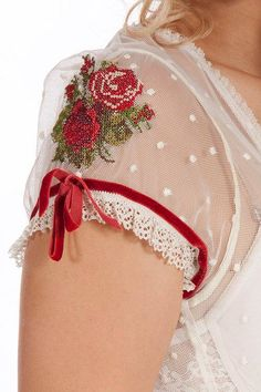 Dirndl Detail ~ Cap Sleeve with Roses . Beaded Embroidery, Cross Stitch Embroidery, Hand Embroidery, Embroidery Designs, Kleidung Design, Diy Kleidung, Sleeve Designs, Blouse Designs, Super Moda