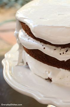 Assembling a layer cake can get messy before you know it! With this instructional video and easy-to-follow steps on how to ice a layer cake, it has never been more achievable.