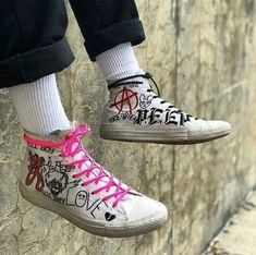 Pin by chelsea on Shoes in 2019 Grunge Outfits, Grunge Shoes, Punk Outfits, Grunge Look, Grunge Style, Goth Style, Mode Converse, Style Converse, Custom Converse