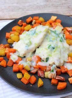 Ovnsbakt torsk med purreløksaus og rotgrønnsaker - LINDASTUHAUG Cobb Salad, Ethnic Recipes, Food, Drink, Blogging, Beverage, Meals, Drinking, Yemek