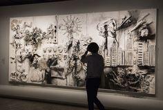 """NIKI DE SAINT PHALLE, UNE """"NANA"""" D'EXCEPTION - King Kong - Visible au Grand Palais, ce panneau conçu en 1963 associe une attaque aérienne contre des tours d'une grande ville (présage du 11.9), des masques de dirigeants politiques, dont celui du Gal de Gaulle, et un accouchement (thème récurrent de l'artiste qui a eu deux enfants).  © Caroline Paux / AFP - Publié par Le Point.fr le 29/10/2014 http://www.lepoint.fr/arts/niki-de-saint-phalle-une-nana-d-exception-29-10-2014-1876699_36.php"""