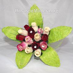 Ramo de rosas Barcelona realizado a mano con toda clase de detalles, listo para regalar. – Formado por 11 rosas de madera pequeñas y 4 grandes. Barcelona, Roses, Table Decorations, Tableware, Home Decor, Wooden Flowers, Bouquet Of Roses, White Roses, Crystals