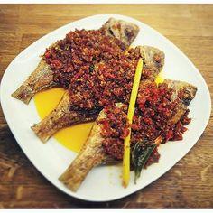 grilled fish in bali sauce available at @madeswarungamsterdam  #food #bali #holiday #amsterdamfoodguide #traveling #wanderlust #globetrotter #travel #travelblogger #flatlays #flatlay #flatlayoftheday #lunch #yummy #acolorstory #foodlover #tumblr #foodforfoodie #style #foodie #foodblogger #madeswarung #samsunglife #like4like #likeforlike #l4l #thebalibible #tagforlikes #followforfollow