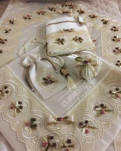#seccadetakımı #seccade #lavantakesesi #kurdele #kurdelenakisi #nişanhazırlıkları #ribbon #fransızdanteli# Shabby Chic Crafts, Ribbon Embroidery, Fabric Flowers, Decoration, Diy And Crafts, Decorative Boxes, Gift Wrapping, Pillows, Sewing
