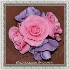 rosas de fondant Chocolate, Rose, Flowers, Plants, Soccer Birthday Cakes, Fondant Rose, Dessert Recipes, Sweets, Cake