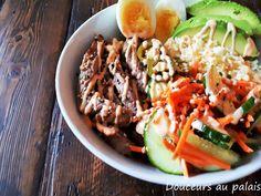 Nous sommes fans de bols de tout genre à la maison! Que ce soit les Poke, Coréen, Buddha (dragon), etc. c'est toujours un régal pour mo... Poke Bol, Cobb Salad, Gluten, Mayonnaise, Ethnic Recipes, Dragon, Jalapeno Poppers, Flavored Rice, Carrots