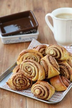 호떡믹스로 만드는시나몬롤호떡믹스로 호떡만 만드는 법 있나요?제빵에 도전하다!!!호떡믹스로 시나몬롤 만들기영화 '카모메 식당' 시나몬롤 모양으로 만들어 구워주면누가 호떡믹스로 만들었다고 알 수 있을까요.커피와 너무 잘 어울리는 시나몬롤쉽게 만들어보아요 :)▽▼○□◇△▽▼[ 재료 ]호떡믹스 1봉, 우유 1종이컵, 버터 1수저 + ½수저,달걀물(달...