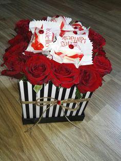 #flowerbox #flower #box #kwiatywpudelku #kwiaty #blackandwhite #redrose #rafaello #kwiatyisłodycze #Flower #box, #kwiaty #w #pudełku, #Rafaello, #kwiatyisłodycze, #pomysł na prezent, #kwiaty na #dzieńmamy, #prezent na #ślub