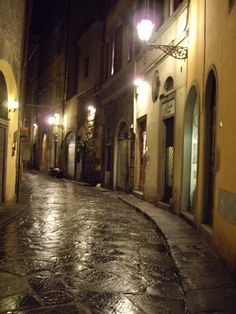 Ah, to lose myself in the laneways of Florence-in april...do you hear me cyndi??? APRIL!!!