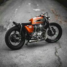Honda CB 750 Four, estilo Brat e cor laranja. Cb750 Cafe Racer, Cafe Racer Build, Cafe Racer Motorcycle, Motorcycle Design, Scrambler, Women Motorcycle, Motorcycle Quotes, Motorcycle Helmets, Honda Cb750