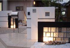 モノトーンのガラスブロック モダンデザイン。(甲賀市) | そとや工房 | 滋賀・京都のエクステリアと外構工事 Boundary Walls, Glass Blocks, Fence, Sweet Home, Yard, Mansions, Architecture, House Styles, Design