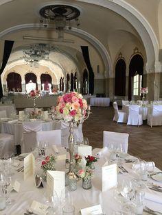 Hochzeitsdekoration mit Blumenkugel am Silberleuchter, Hotel Dolce Bad Nauheim