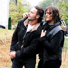 Norman Reedus isn't even looking at Andrew Lincoln and knows that he has to pit pull his hand away :)