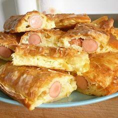 Feuilleté à la saucisse et au fromage avec de la pâte filo ! Pita Hot-Dog, idéal pour l'apéritif ou accompagné d'une bonne salade.