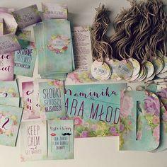 Kolekcja dodatkow Boho Wianek #projektślub #dodatkislubne #poligrafiaslubna #paper #kaligrafia #rustic #rustykalne #detale #dekoracjeslubne #papeteriaślubna #wianek #boho #wedding #sznurek #menu  #flowers #kwiaty #zawieszki #kolekcja #pastel #weddingpaper #weddingdetail #design #handmade #madeinpoland #polishdesign #tabliczki #keepcalm