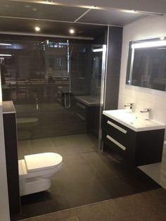 In deze badkamer van 2,05x2,35m staat de grote inloopdouche met profielloze nisdeur centraal. Door deze constructie ontstaat een zeer ruime inloopdouche en is deze toch afsluitbaar met de profielloze nisdeur.