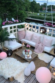 40 Cozy Balcony Ideas and Decor Inspiration 2019 - Page 4 of 41 - My Blog Feng Shui, Tiny Balcony, Balcony Ideas, Porch Ideas, French Balcony, Veranda Interiors, European Apartment, Porch Interior, Veranda Magazine