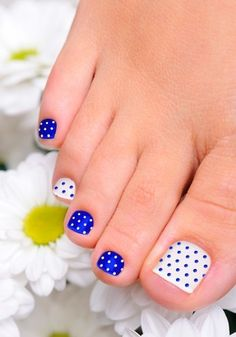 Uñas azules y blnaco para pies - Blue and White Polka Dots Toenail Art Design