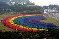 World's largest human rainbow - 31,000 people