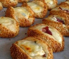 Pastry with Cheese – hanife intepeli Pastırmalı Kaşarlı Poğaça Those who have done this before are a wonderful pastry, pastrami pastry with pastry (you can prepare the desired internal material) . Snack Recipes, Dessert Recipes, Cooking Recipes, Bread Recipes, Pastrami, Tea Time Snacks, Good Food, Yummy Food, Breakfast Items