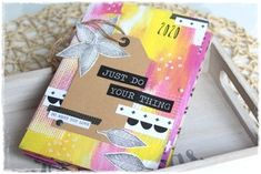 Vyrobte si barevné mini album ve stylu Art Journal. Done With You, Mini Albums, Mixed Media, Lunch Box, Gift Wrapping, Tutorials, Scrapbook, Journal, Gifts