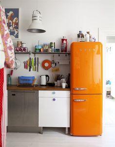 Keltainen talo rannalla:orange fridge