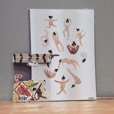 Die nackten Damen beim Yoga gibt es jetzt auch als Aufkleber! #yoga #nacktyoga #damen #mitKurven #ohneKurven.....#kunstdruck und #sticker von #LittleSpiderMonkey (@little.spidermonkey).....#augsburg #conceptstore #conceptstoreaugsburg #kekshandgemachtes