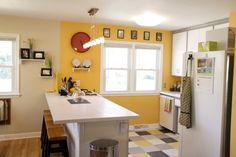 Kitchen with yellow wall and yellow tiles Yellow Kitchen Walls, Kitchen Colour Schemes, Kitchen Paint Colors, Kitchen Wall Tiles, Bedroom Paint Colors, Yellow Walls, Kitchen Layout, Kitchen Flooring, Kitchen Design