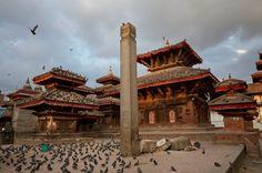 Nach dem Beben: Die Tauben sind zurückgekehrt, doch die Säule, die der als göttlich verehrten Figur Garuda huldigt, ist teilweise zerstört.