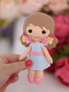 Цветной фетр для рукоделия   Идеи, выкройки   VK Felt Doll Patterns, Felt Animal Patterns, Stuffed Animal Patterns, Tiny Dolls, Soft Dolls, Homemade Dolls, Felt Crafts Diy, Felt Baby, Amigurumi Doll
