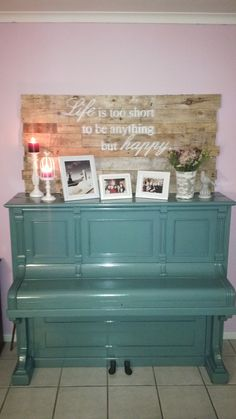 Painted piano and headboard made from old pallets - DYI is just the best!!!
