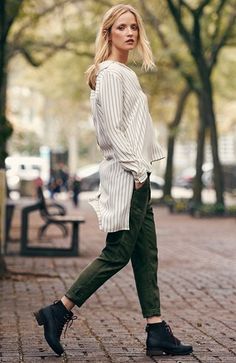 striped shirt (hi low) green corduroy skinny jeans + black ankle boots Beige Outfit, Ankle Boots, Winter Stil, Cool Style, My Style, Mode Inspiration, Autumn Winter Fashion, Fall Fashion, Fasion