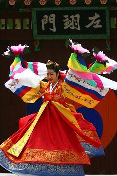 Korean dance performance at Hwaseong in Suwon, Korea