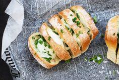 Happy Saturday Peeps! Alltså... Det finns vitlöksbröd och det finns vitlöksbröd med mozzarella. Jag väljer definitivt vitlöksbröd med mozzarella. Gud så gott! Det perfekta tilltugget vid...