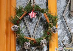 Une jolie couronne de Noël fabriquée avec des branches de pin et décorée de bâtons de cannelles, de badianes et de pommes de pin. Branches, Theme Noel, Ladder Decor, Creations, Nouvel An, Diy, Home Decor, Advent Wreaths, Pinecone