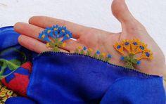 Altın Değerinde İğne Oyası Modeli Sıcağı Sıcağına Tarif   Kolay Hobiler Knots, Elsa, Brooch, Lace, Floral, Flowers, Jewelry, Jewlery, Jewerly